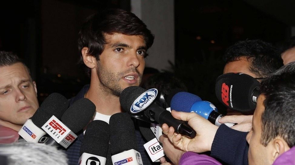 Kaká dá entrevistas na chegada ao hotel da seleção brasileira em São Paulo