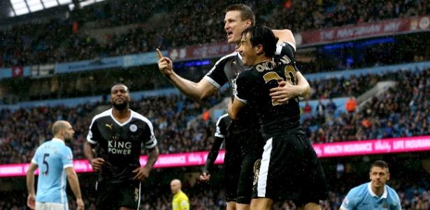 Huth marcou duas vezes e ajudou o Leicester a abrir seis pontos para o City