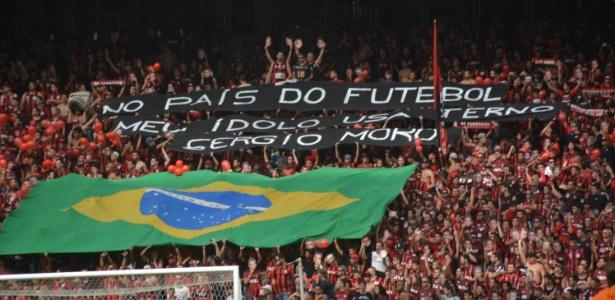 Torcedores do Atlético-PR realizaram protesto político nas arquibancadas da Arena