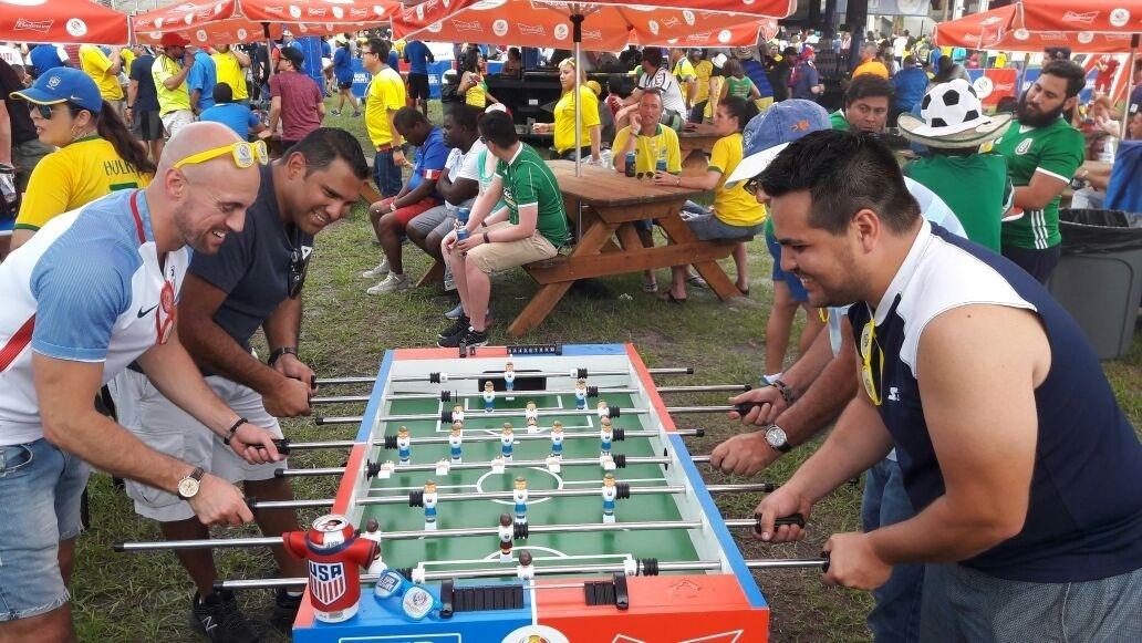 Torcedores jogam pebolim antes da partida entre Brasil e Haiti, nos Estados Unidos