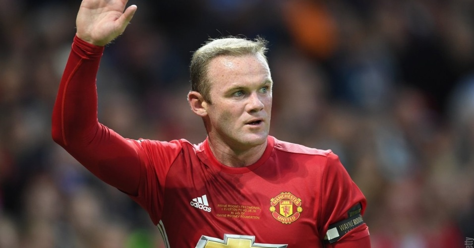 Rooney saúda a torcida do Manchester United ao ser substituído por Rashford