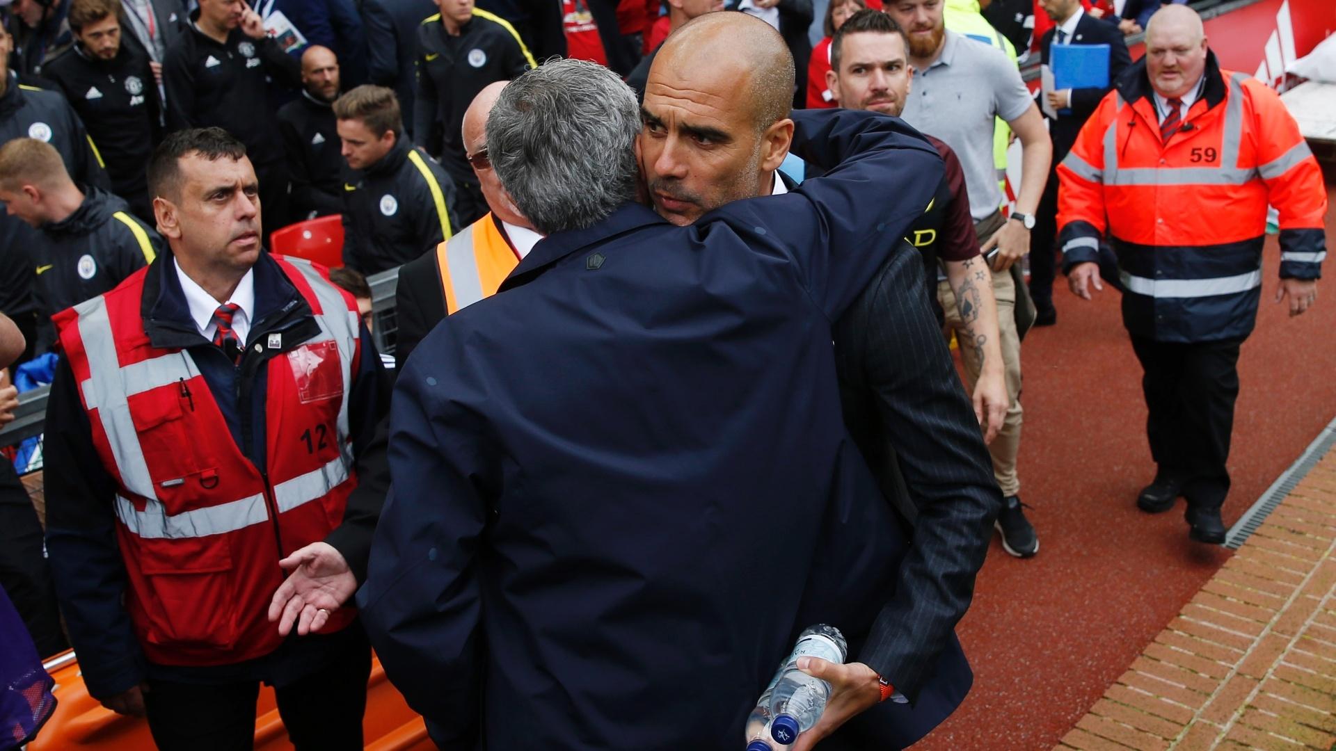 Mourinho e Guardiola se abraçam antes de clássico entre United e City no Campeonato Inglês