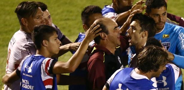 Rodrigo Caio comemora gol com Ricardo Gomes: crescimento no momento decisivo