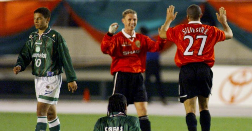 Jogadores do Palmeiras lamentam derrota para o Manchester United na final do Mundial 1999