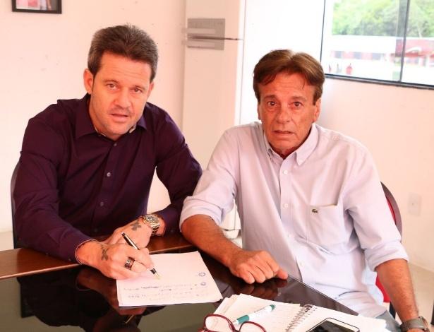 Técnico Argel e diretor de futebol Sinval Vieira aparecem em foto com lista