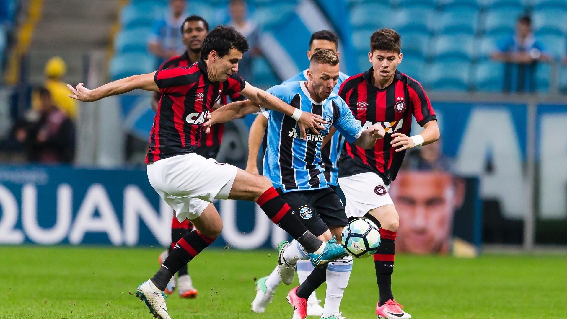 Arthur, do Grêmio, é acompanhado de perto por marcadores do Atlético-PR