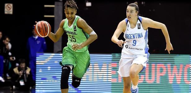 Raphaella Monteiro em ação pela seleção feminina de basquete contra a Argentina