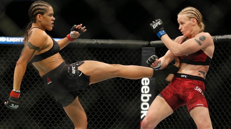 Amanda Nunes acerta chute em Valentina Shevchenko em luta válida pelo UFC 215