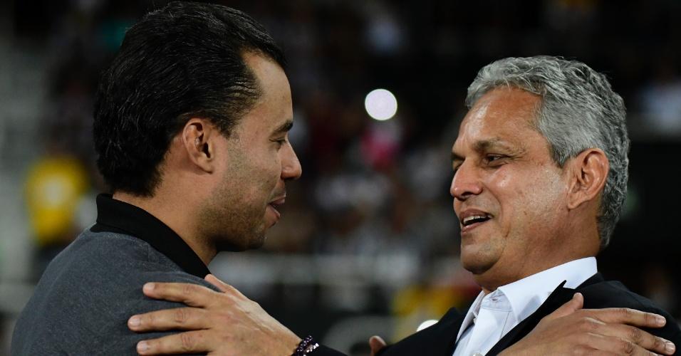 Jair Ventura, técnico do Botafogo, e Reinaldo Rueda, treinador do Flamengo, se cumprimentam antes do clássico
