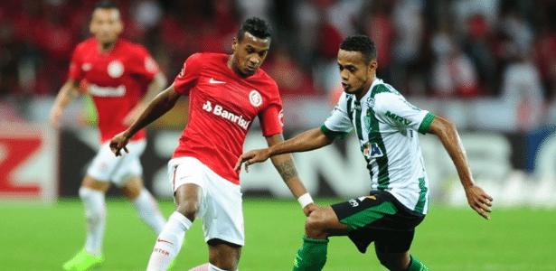 Edenilson disputa bola em Internacional x América-MG pela Série B