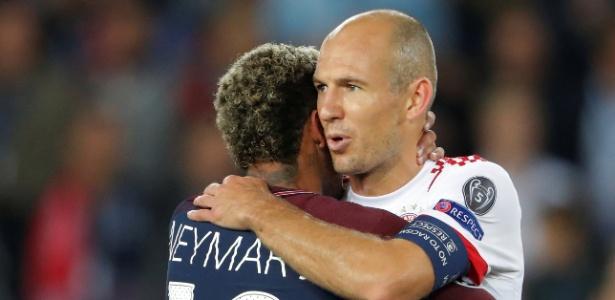 Neymar e Robben se abraçam após jogo entre PSG e Bayern de Munique - Charles Platiau/Reuters