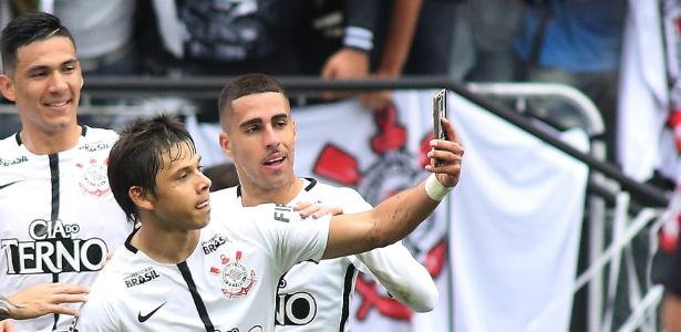 Romero comemora gol marcado contra o Palmeiras e tira selfie no campo - GIULIANO GOMES/PR PRESS/ESTADÃO CONTEÚDO