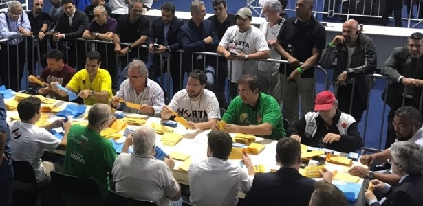 Mesa de apuração da eleição no Vasco: resultado foi parar na Justiça