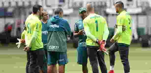 Roger Machado conversa com os goleiros em treino do Palmeiras - Cesar Greco/Ag. Palmeiras/Divulgação - Cesar Greco/Ag. Palmeiras/Divulgação
