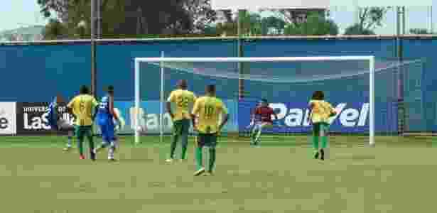Luan marca de pênalti gol do Grêmio contra o Sindicato dos Atletas Profissionais do RS - Marinho Saldanha/UOL - Marinho Saldanha/UOL