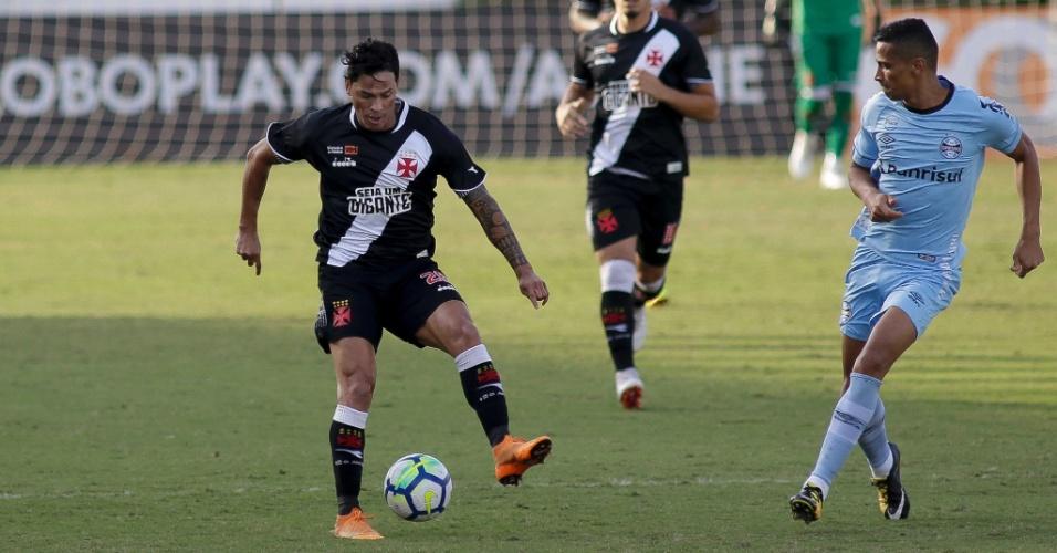 Giovanni Augusto domina a bola durante a partida entre Vasco e Grêmio