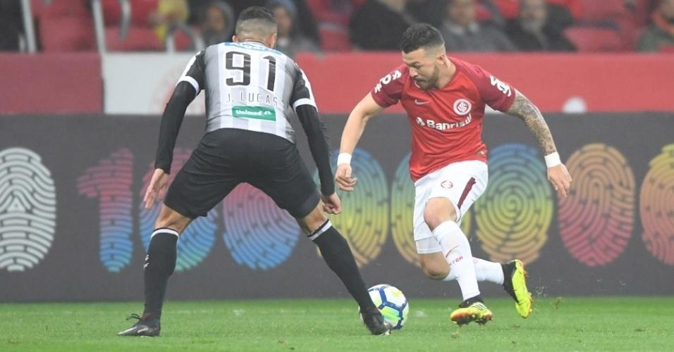 Rossi encara a marcação de João Lucas na partida Inter x Ceará pelo Campeonato Brasileiro 2018
