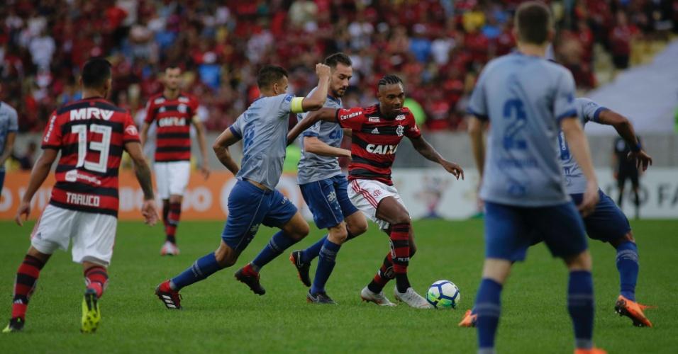 Vitinho, do Flamengo, conduz a bola em meio a defensores do Cruzeiro em jogo pelo Brasileirão
