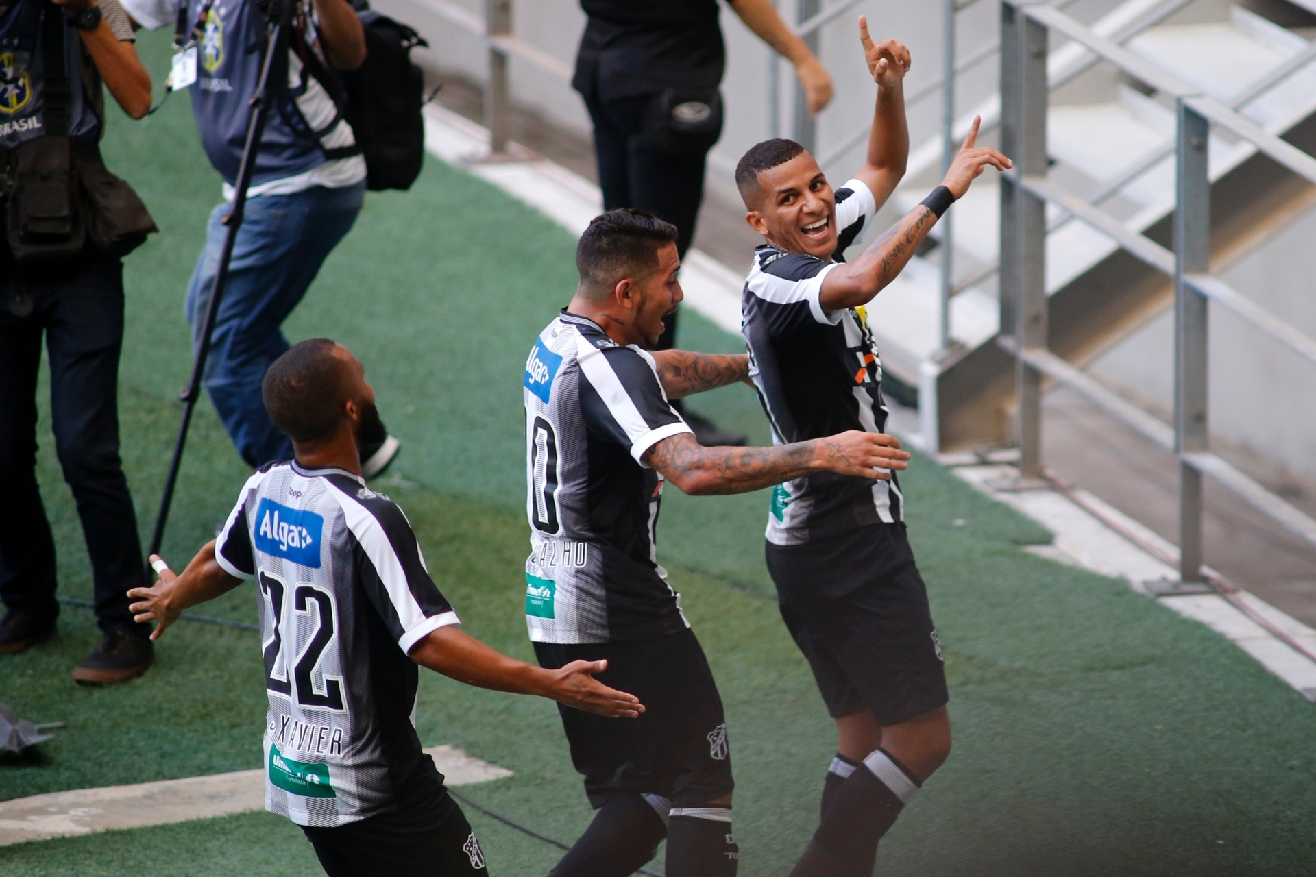 Ceará bate Vitória no Castelão e dorme fora da zona de rebaixamento -  15 09 2018 - UOL Esporte 7c0e1f18202a5