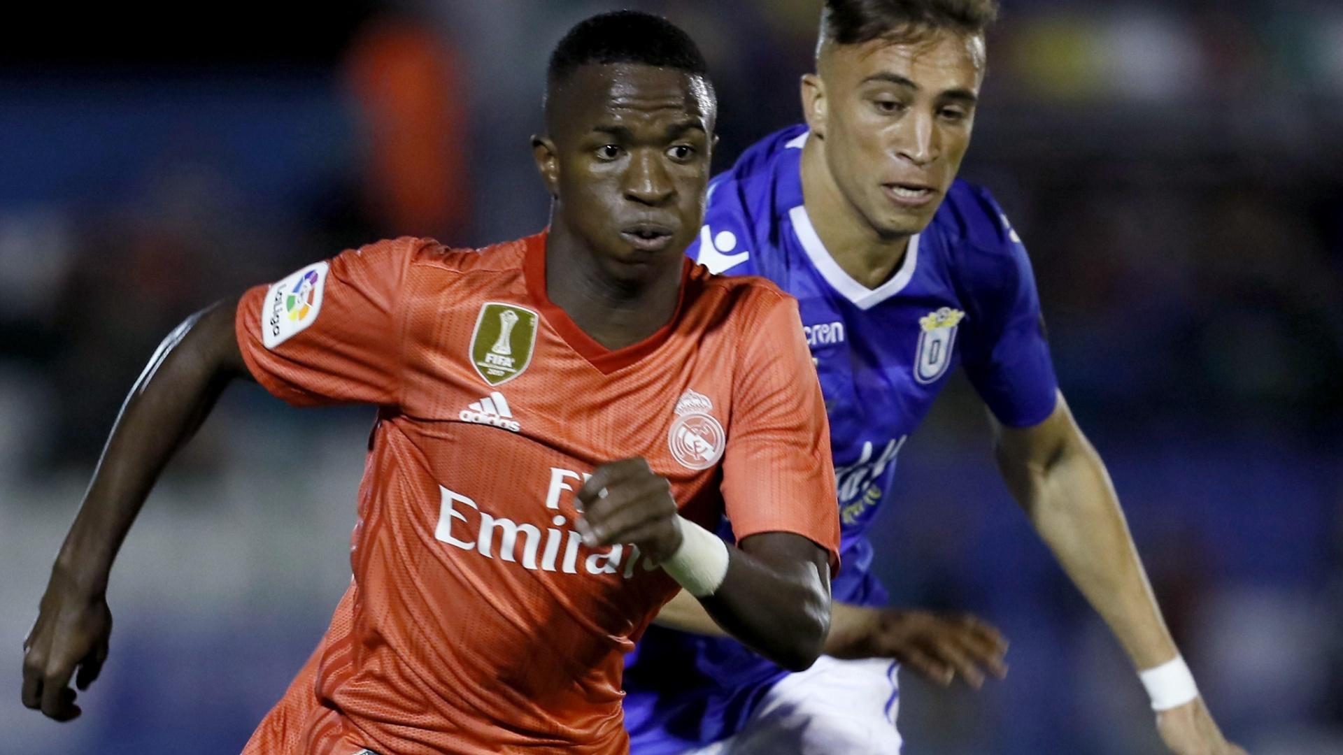 Vinicius Júnior passa pela marcação de Sofian Chakla na partida entre Melilla e Real Madrid
