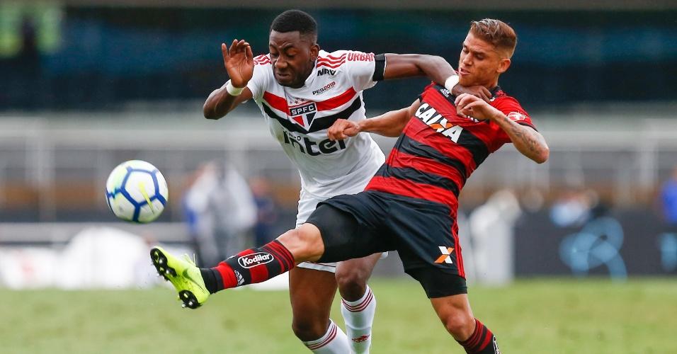 Carneiro e Cuellar disputam bola durante partida entre São Paulo e Flamengo