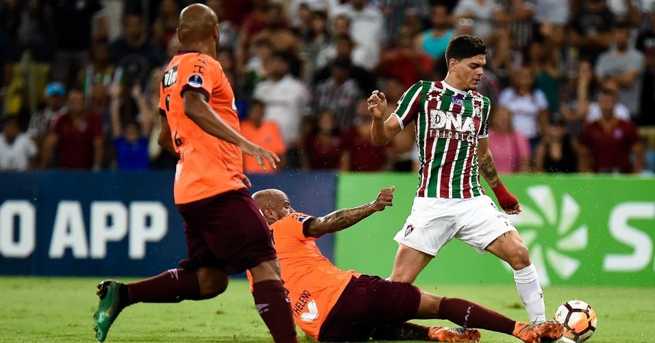 b53e19309eac3 Ayrton Lucas carrega bola durante partida entre Fluminense e Atlético-PR