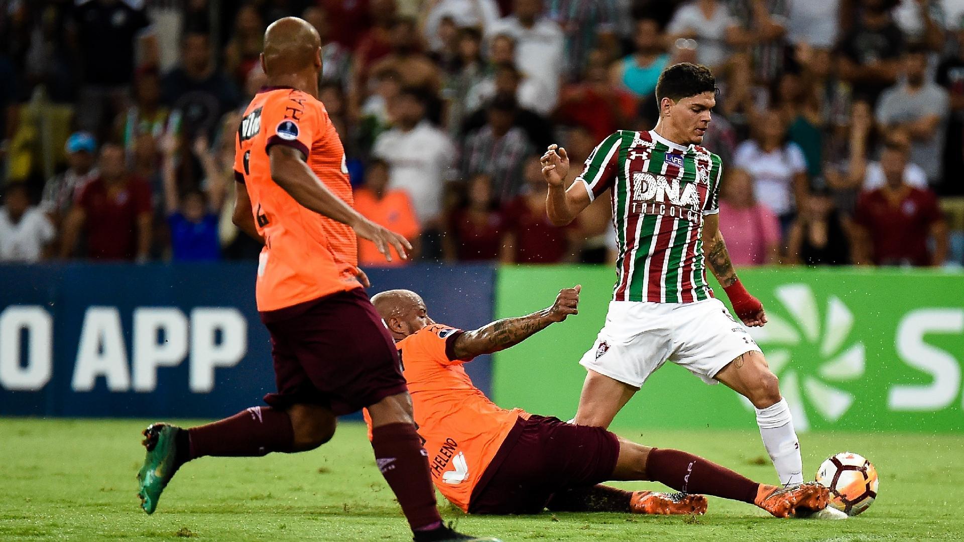Ayrton Lucas carrega bola durante partida entre Fluminense e Atlético-PR