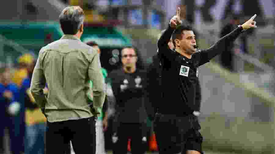 Atuação de Rafael Traci incomodou dirigentes do Grêmio em jogo com o São Paulo, pelo Campeonato Brasileiro - Pedro H. Tesch/AGIF