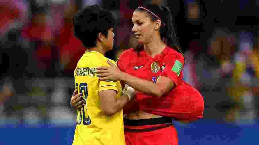 Alex Morgan conforta a goleira tailandesa Sukanya após goleada de 13 a 0 na estreia dos EUA - Alex Caparros - FIFA/FIFA via Getty Images
