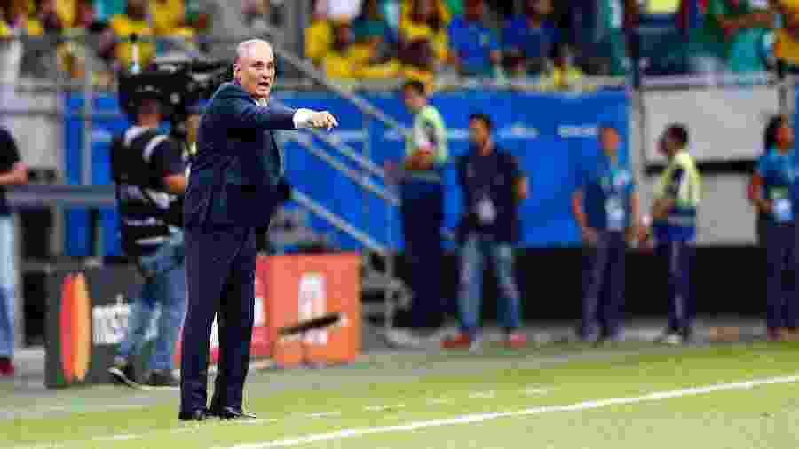 Tite orienta a seleção brasileira em jogo contra a Venezuela pela Copa América - Thiago Calil/AGIF
