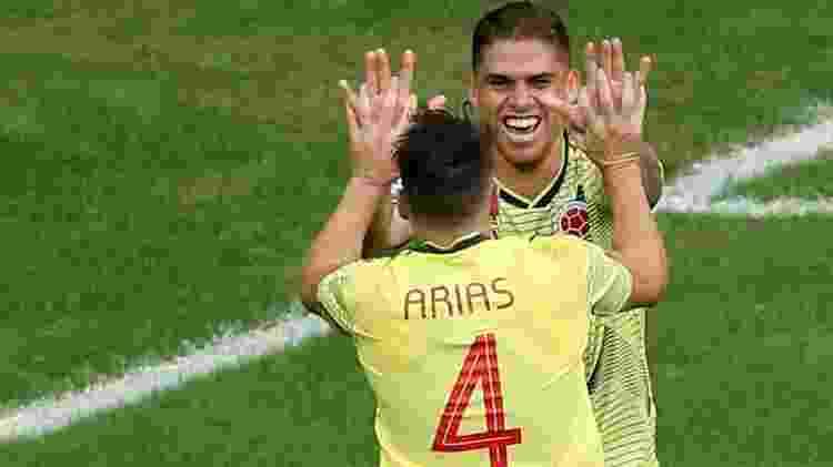 Cuellar comemora gol da Colômbia contra o Paraguai com Arias, que fez a jogada - Rodolfo Buhrer/Reuters
