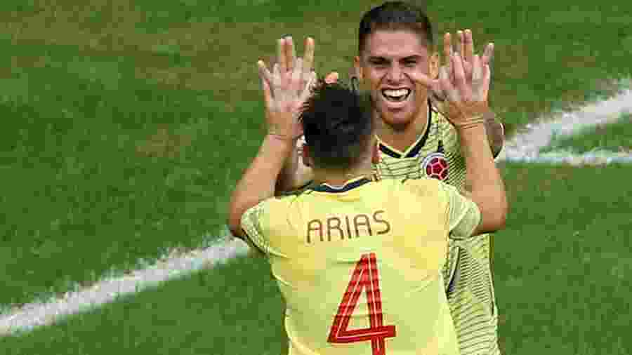 Cuellar comemora com Arias depois de fazer o gol da Colômbia contra o Paraguai - Rodolfo Buhrer/Reuters