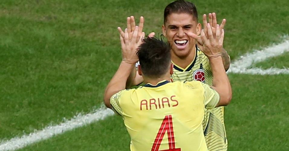 Cuellar comemora com Arias depois de fazer o primeiro gol da Colômbia contra o Paraguai