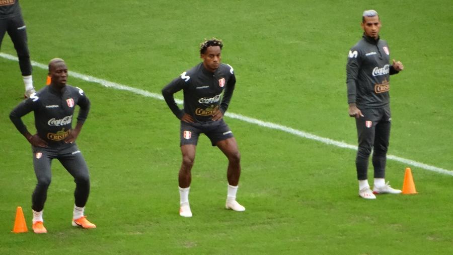 Jogadores do Peru sofreram com frio em Porto Alegre nesta segunda - Marinho Saldanha/UOL