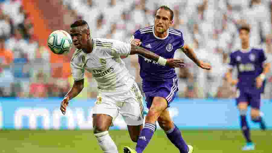 Vinicius Jr briga pela bola, na partida entre Real Madrid e Valladolid - David S. Bustamante/Soccrates/Getty Images