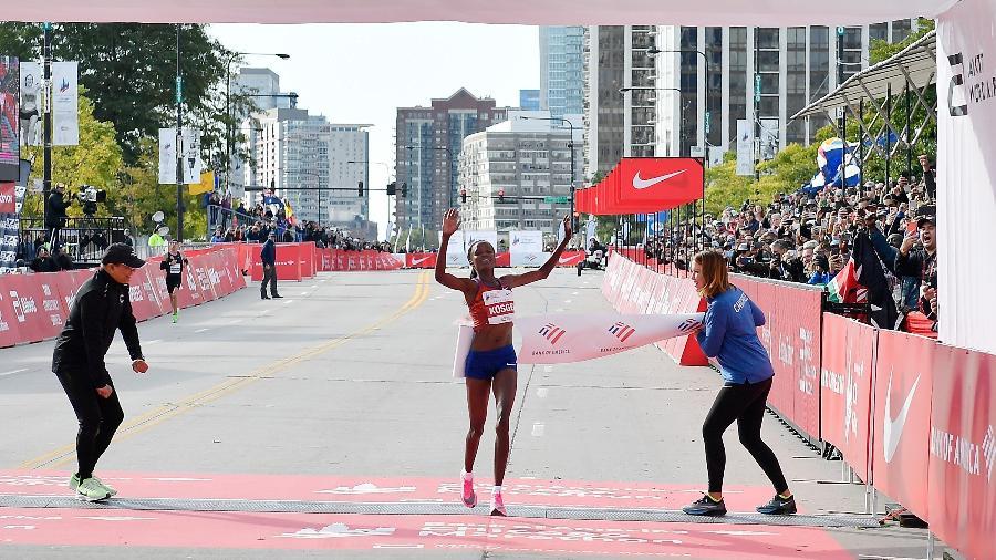 Brigid Kosgei completou a Maratona de Chicago com o tempo de 2h14min04s, novo recorde mundial feminino da prova - Quinn Harris/Getty Images/AFP