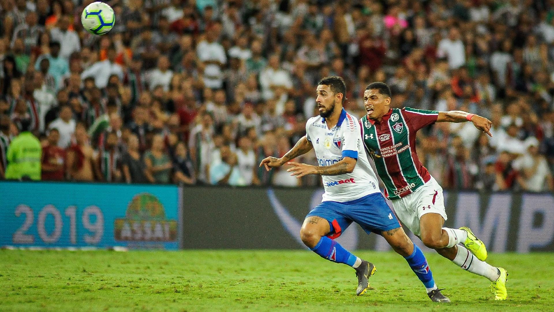 Jogadores disputam bola durante Fluminense x Fortaleza