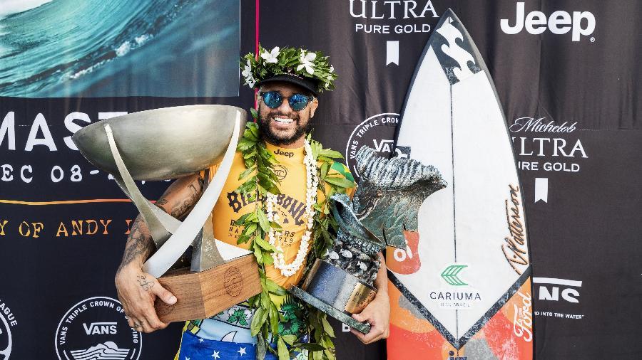 Italo Ferreira, com os troféus de campeão mundial e do Pipe Masters - Kelly Cestari/WSL