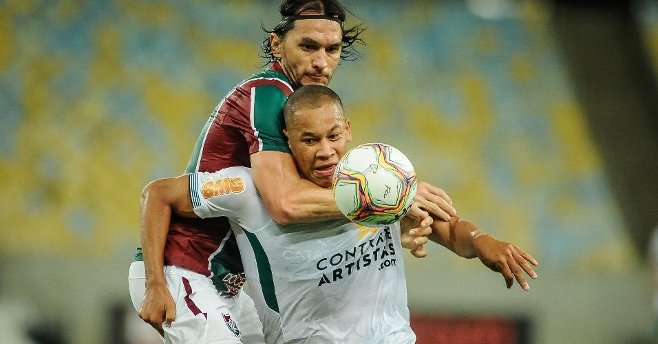 Dividida de bola entre Matheus Ferraz e Caio Dantas, do Boavista