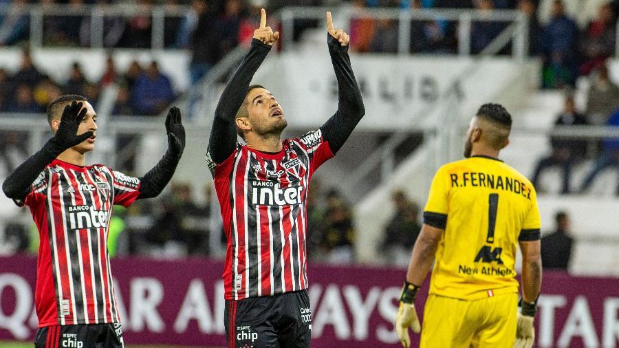 Alexandre Pato comemora gol do São Paulo na partida contra o Binacional, no Peru - ERNESTO BENAVIDES / AFP