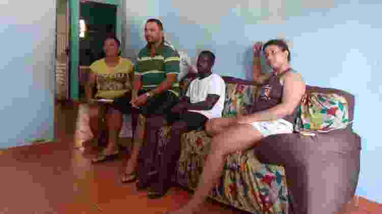 Estrangeiro vê notícias na TV ao lado dos pais e da noiva do empresário, Lucas Pereira, em Campinas - Acervo pessoal