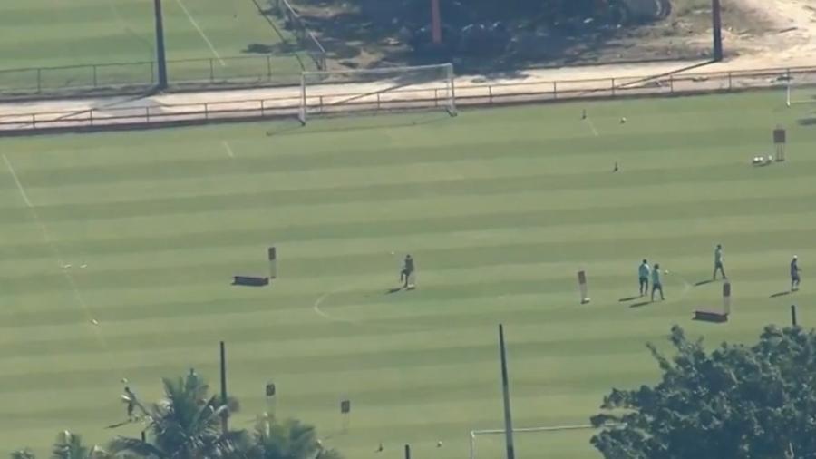 Jogadores do Flamengo treinam sem o distanciamento necessário no Ninho - Reprodução/TV Globo