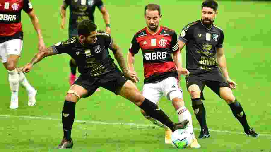 Everton Ribeiro encara marcação dupla do Ceará em partida do Flamengo no Brasileirão 2020 - Kely Pereira/AGIF