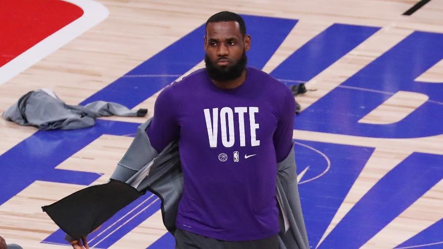 LeBron James, do Los Angeles Lakers, usa a camisa pedindo que as pessoas votem antes da partida Miami Heat, pela NBA - Sam Greenwood/Getty Images