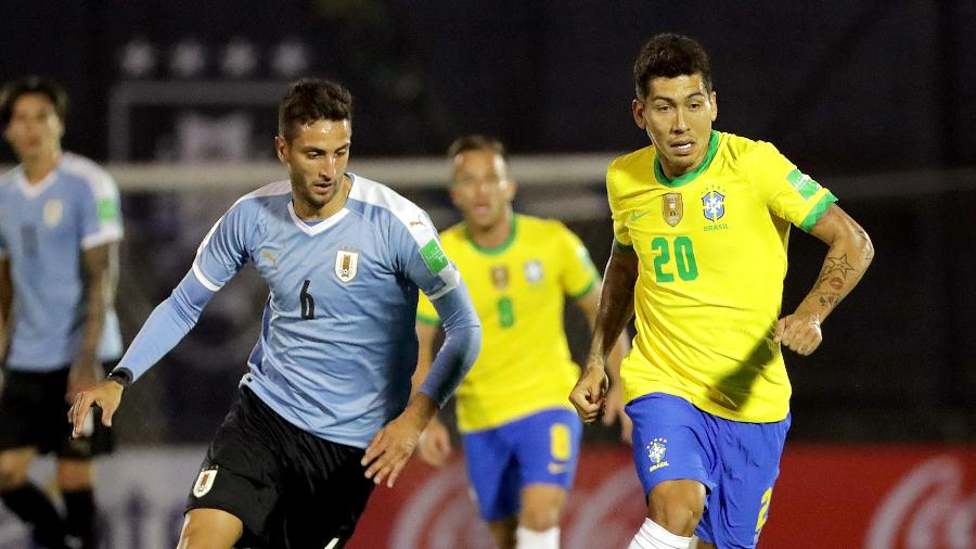 Roberto Firmino escapa da marcação de Bentancur durante Uruguai x Brasil pelas Eliminatórias - Raúl Martínez-Pool/Getty Images