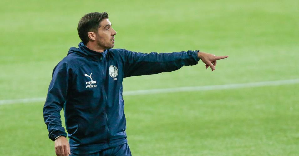 Abel Ferreira comanda o time do Palmeiras na partida contra o Grêmio, pelo Brasileirão