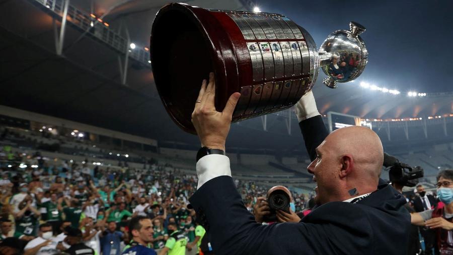 O presidente Mauricio Galiotte, da SE Palmeiras, comemora a conquista da competição após jogo contra a equipe do Santos FC, em partida final, da Copa Libertadores, no Estádio do Maracanã. - Cesar Greco