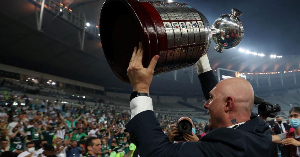 O presidente Mauricio Galiotte, da SE Palmeiras, comemora a conquista da competição após jogo contra a equipe do Santos FC, em partida final, da Copa Libertadores, no Estádio do Maracanã.