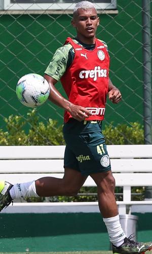 Gabriel Veron durante o treino do Palmeiras nesta quarta (24), na Academia de Futebol
