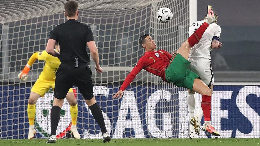 Cristiano Ronaldo tenta bicicleta durante Portugal x Azerbaijão nas Eliminatórias Europeias para a Copa de 2022 - Jonathan Moscrop/Getty Images